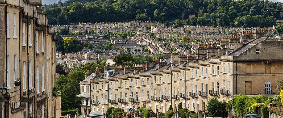 1200px-Bathwick_Hill,_Bath,_Somerset,_UK_-_Diliff